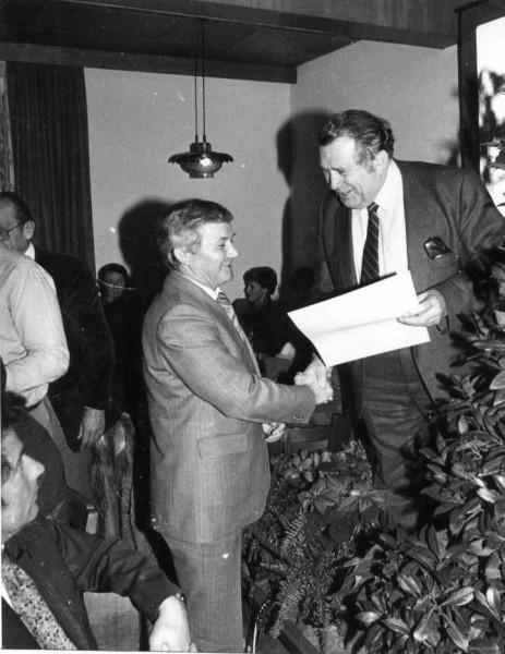 Überreichung der Urkunde vom Dorfverschönerungswettbewerb 1980